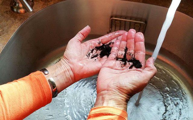 Trộn thịt làm nem xong tay rửa xà bông cũng không sạch mùi, hãy dùng mẹo này để tay thơm tho trở lại - Ảnh 8.