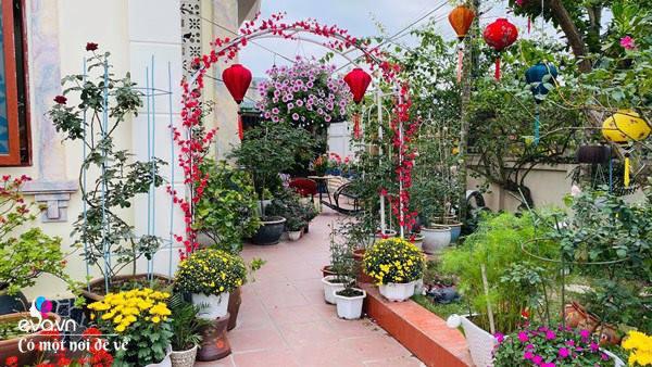 Chồng bỏ tiền mua lốp xe cũ, mẹ 8x trồng hoa, sau 2 năm thành mảnh vườn 200m2 tuyệt đẹp - Ảnh 2.