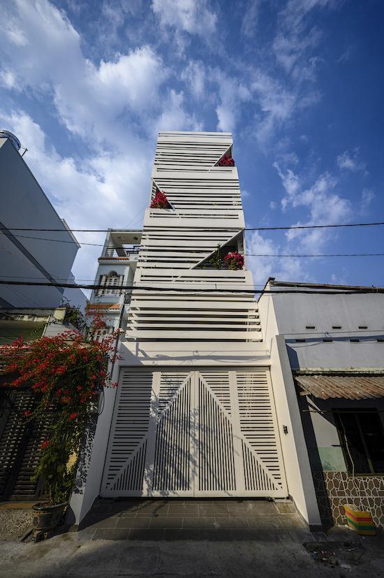 Ngôi nhà nổi bần bật giữa phố của một giám đốc ở Sài Gòn - Ảnh 1.