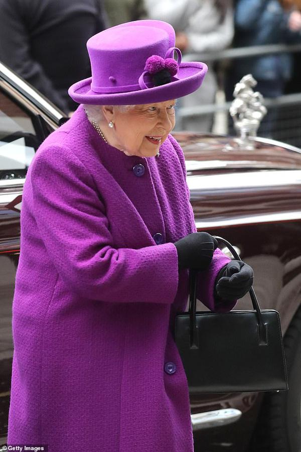 Phản ứng của Nữ hoàng Anh và Hoàng tử Harry thay đổi như thế nào sau quyết định cấm Meghan dùng thương hiệu hoàng gia? - Ảnh 1.