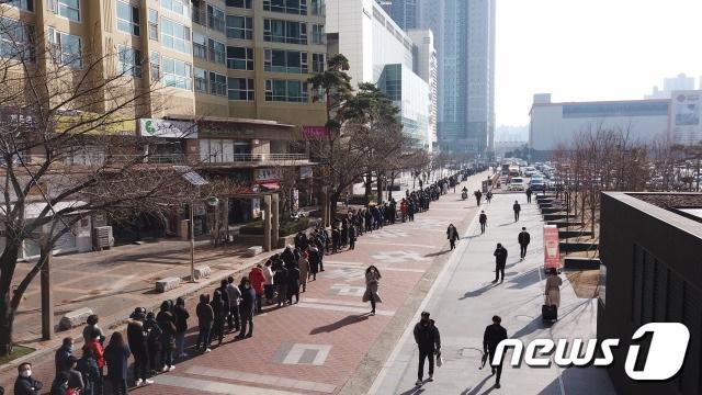 Hành động tuyệt vời của siêu thị Hàn Quốc giúp người dân giữa tâm dịch COVID-19 - Ảnh 6.