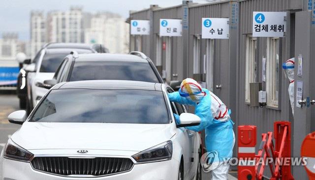 Hàn Quốc lấy mẫu xét nghiệm virus cho lái xe ngay trong ô tô của mình - Ảnh 4.