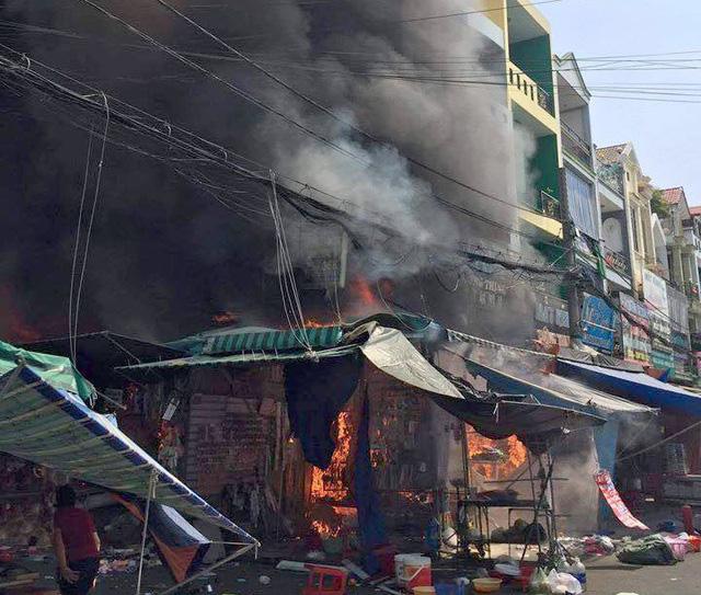 6 người mắc kẹt trong ngôi nhà cháy dữ dội ở Sài Gòn  - Ảnh 1.