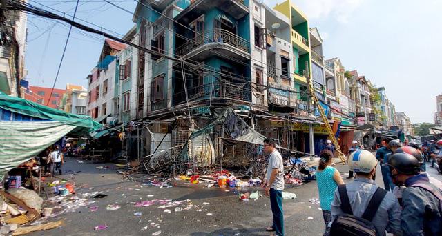 6 người mắc kẹt trong ngôi nhà cháy dữ dội ở Sài Gòn  - Ảnh 2.