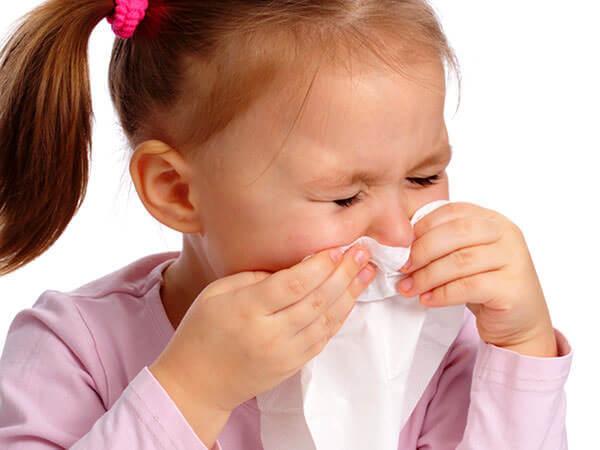 Cha mẹ phải ân hận sau này nếu trẻ hắt hơi sổ mũi nhưng không điều trị triệt để  - Ảnh 1.