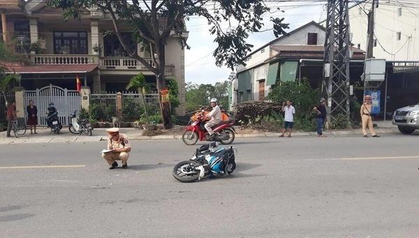 Hai nam thanh niên điều khiển xe máy tông gãy chân CSGT - Ảnh 1.