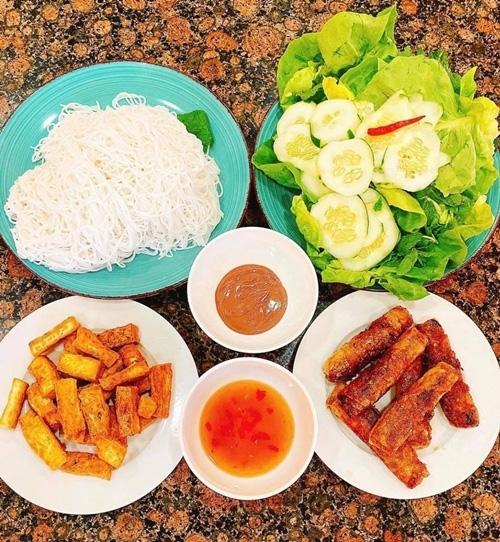 Hoa hậu Phạm Hương khoe thu hoạch trái cây tươi ngon trong vườn nhà ở Mỹ - Ảnh 9.
