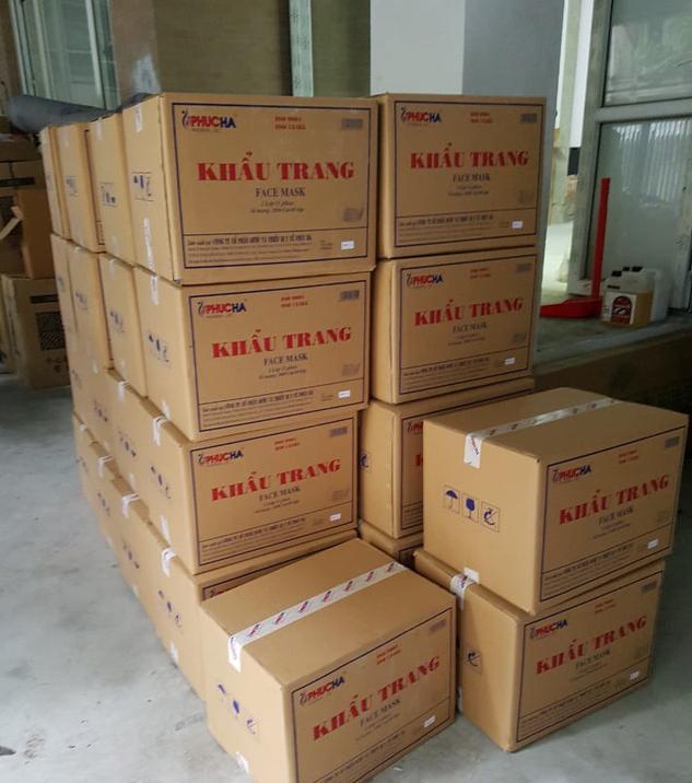 Hà Nội: Bắt tại trận người Trung Quốc đang thu gom trái phép 50 thùng khẩu trang - Ảnh 2.