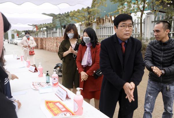 Đám cưới Duy Mạnh: Có hẳn 1 bàn dài để nước rửa tay và phát khẩu trang phục vụ khách vào dự lễ - Ảnh 1.