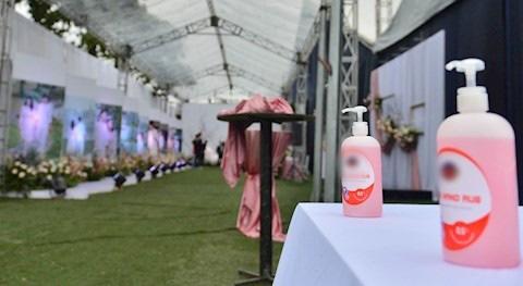 Đám cưới Duy Mạnh: Có hẳn 1 bàn dài để nước rửa tay và phát khẩu trang phục vụ khách vào dự lễ - Ảnh 2.