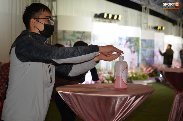 Đám cưới Duy Mạnh: Có hẳn 1 bàn dài để nước rửa tay và phát khẩu trang phục vụ khách vào dự lễ - Ảnh 6.