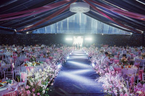 Mãn nhãn không gian tiệc cưới xa hoa lộng lẫy của cầu thủ Duy Mạnh tại sân bóng quê nhà - Ảnh 6.