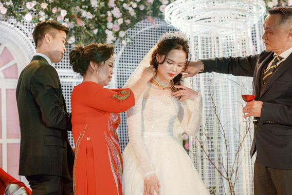 Mãn nhãn không gian tiệc cưới xa hoa lộng lẫy của cầu thủ Duy Mạnh tại sân bóng quê nhà - Ảnh 7.