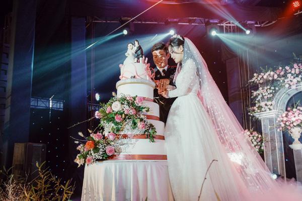 Mãn nhãn không gian tiệc cưới xa hoa lộng lẫy của cầu thủ Duy Mạnh tại sân bóng quê nhà - Ảnh 8.