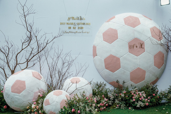 Mãn nhãn không gian tiệc cưới xa hoa lộng lẫy của cầu thủ Duy Mạnh tại sân bóng quê nhà - Ảnh 12.