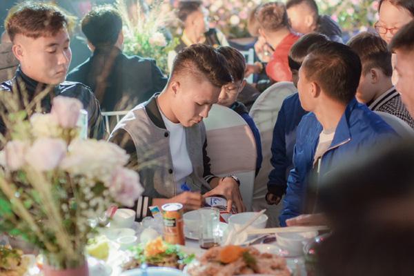 Mãn nhãn không gian tiệc cưới xa hoa lộng lẫy của cầu thủ Duy Mạnh tại sân bóng quê nhà - Ảnh 13.