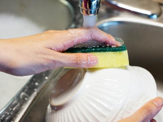 Dùng miếng rửa bát đến hỏng mới thay - sai lầm tai hại của nhiều người - Ảnh 2.