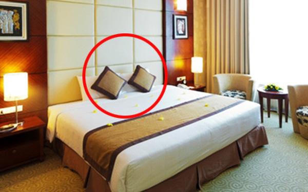 Công dụng cực kì bất ngờ của chiếc gối nhỏ trên giường khách sạn mà ai cũng từng thấy qua - Ảnh 2.