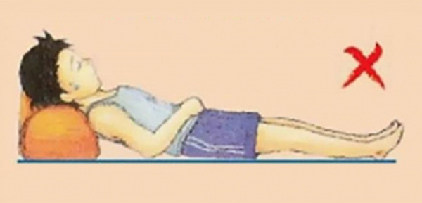 Công dụng cực kì bất ngờ của chiếc gối nhỏ trên giường khách sạn mà ai cũng từng thấy qua - Ảnh 3.