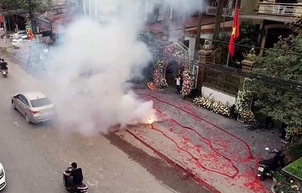 Khởi tố 2 đối tượng đốt pháo đỏ đường trong đám cưới ở Hà Nội - Ảnh 3.