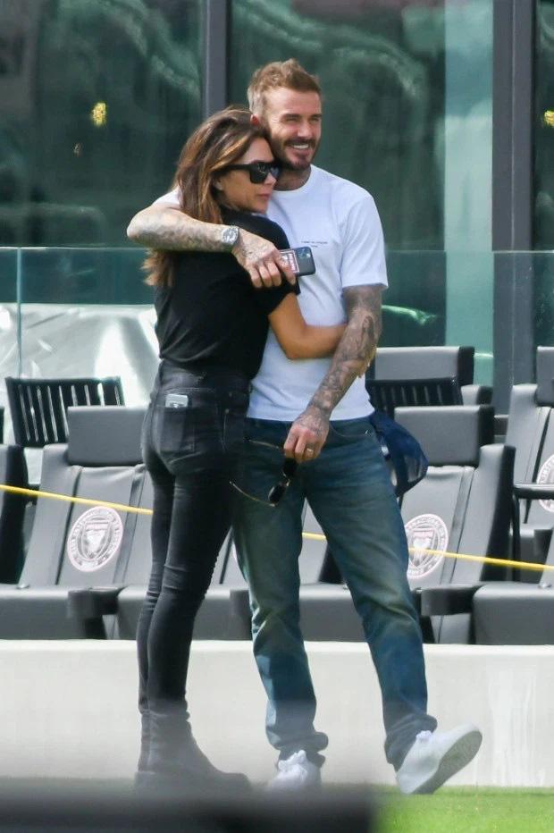 Ở tuổi U50 David Beckham vẫn khóa môi bà xã giữa nơi công cộng, tình tứ chẳng thua kém gì con trai và bạn gái - Ảnh 1.