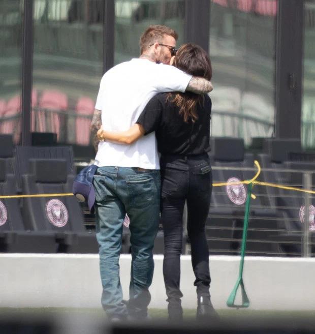 Ở tuổi U50 David Beckham vẫn khóa môi bà xã giữa nơi công cộng, tình tứ chẳng thua kém gì con trai và bạn gái - Ảnh 2.