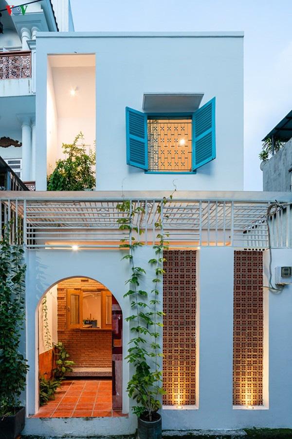 Ngôi nhà phố 2 tầng nằm trong ngõ có điểm nhấn là khoảng sân sau xanh mát - Ảnh 1.