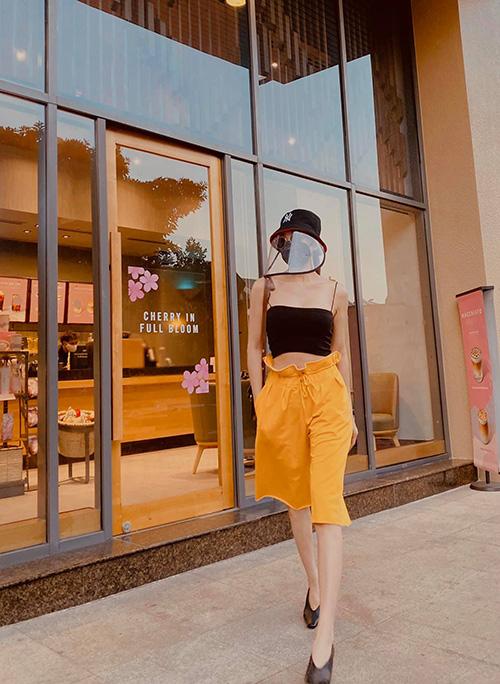Phối váy áo hai dây như sao Việt - Ảnh 9.