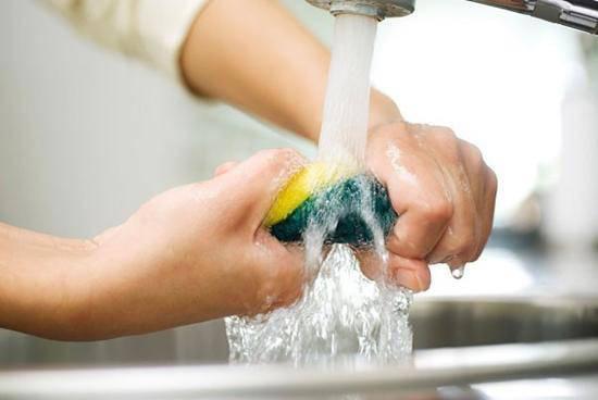 Những sai lầm cực nguy hiểm mà nhiều người vẫn mắc khi rửa bát - Ảnh 1.