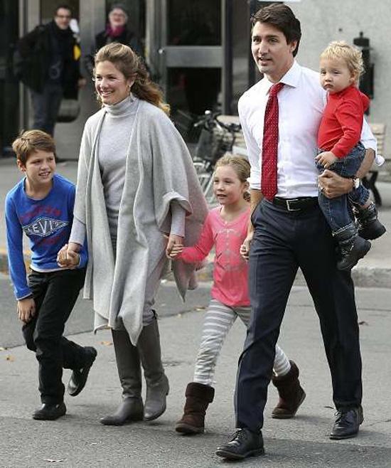 Thủ tướng Canada vừa làm việc từ xa vừa chăm con - Ảnh 2.