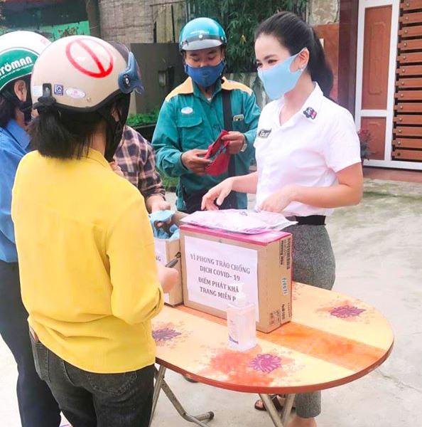 Nữ giáo viên mầm non ở Hà Tĩnh may hàng trăm khẩu trang miễn phí tặng người dân - Ảnh 7.