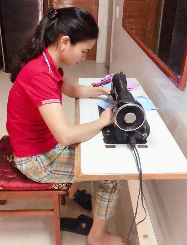 Nữ giáo viên mầm non ở Hà Tĩnh may hàng trăm khẩu trang miễn phí tặng người dân - Ảnh 3.