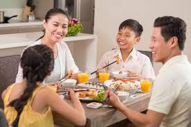 Bác sỹ mách 11 nguyên tắc ăn uống thiết thực trong mùa dịch COVID-19 để cả nhà khỏe mạnh - Ảnh 2.