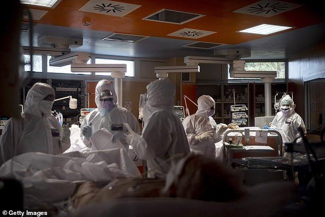 Số ca tử vong vượt 10.000 người, Italy treo cờ rủ tưởng niệm nạn nhân COVID-19; Mỹ thất thủ khi số người nhiễm tăng cao chưa từng có sau một đêm - Ảnh 3.