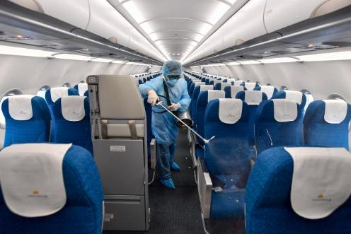 Sức khoẻ đoàn công tác Bộ Kế hoạch - Đầu tư trên chuyến bay cùng bệnh nhân thứ 17 và 21 ra sao? - Ảnh 1.