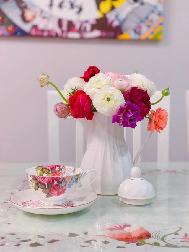 Trong khi giá hoa đang rớt thê thảm thì đây là loài hoa duy nhất hút khách rần rần dịp 8/3 - Ảnh 1.