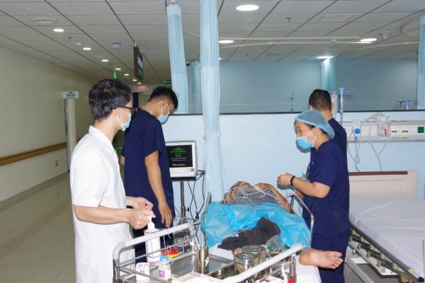 Trực thăng đưa 2 bệnh nhân nặng từ Trướng Sa về đất liền cấp cứu - Ảnh 3.