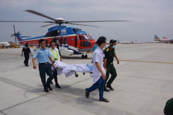 Trực thăng đưa 2 bệnh nhân nặng từ Trướng Sa về đất liền cấp cứu - Ảnh 2.