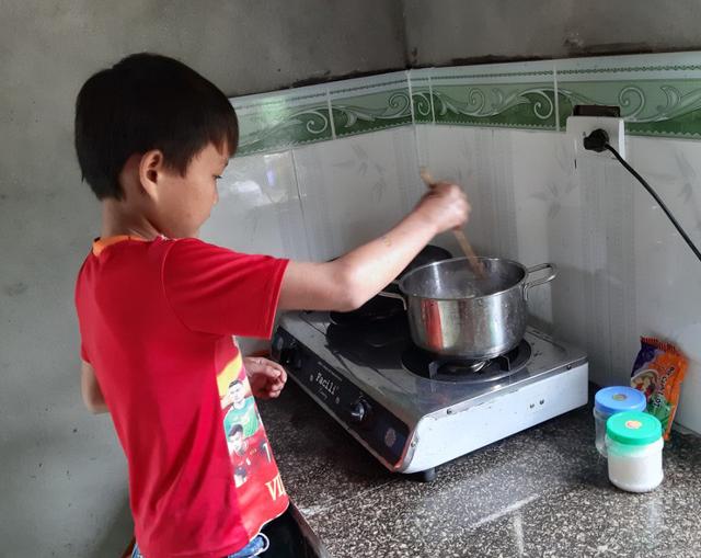 VIDEO: Hé lộ cuộc sống mới của cậu bé 10 tuổi sống một mình trong rừng ở Tuyên Quang - Ảnh 9.