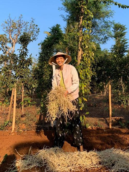Hoa hậu HHen Niê mải mê thu hoạch rau trái trong vườn, rẫy - Ảnh 2.