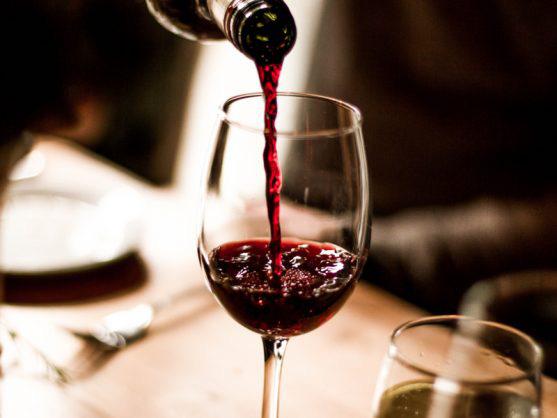 Ăn hải sản kị uống rượu nhân sâm, vang đỏ? - Ảnh 3.