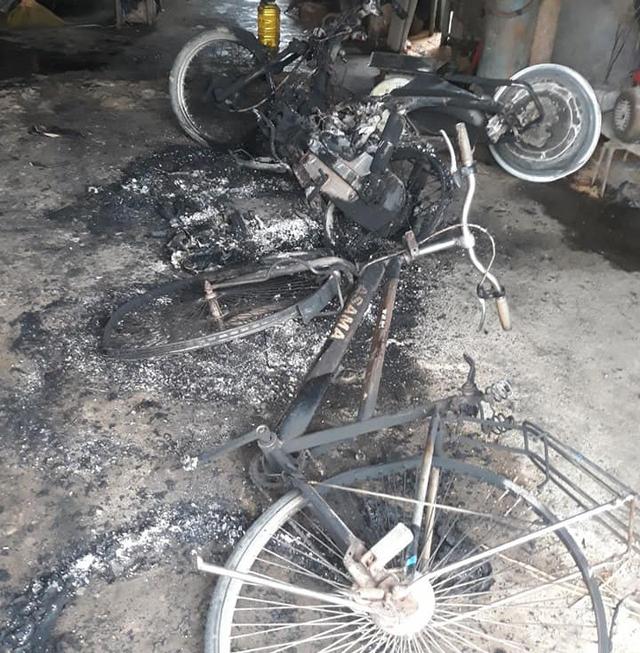 Một gia đình ở Hà Tĩnh nghi bị kẻ xấu ném bom xăng vào nhà - Ảnh 1.
