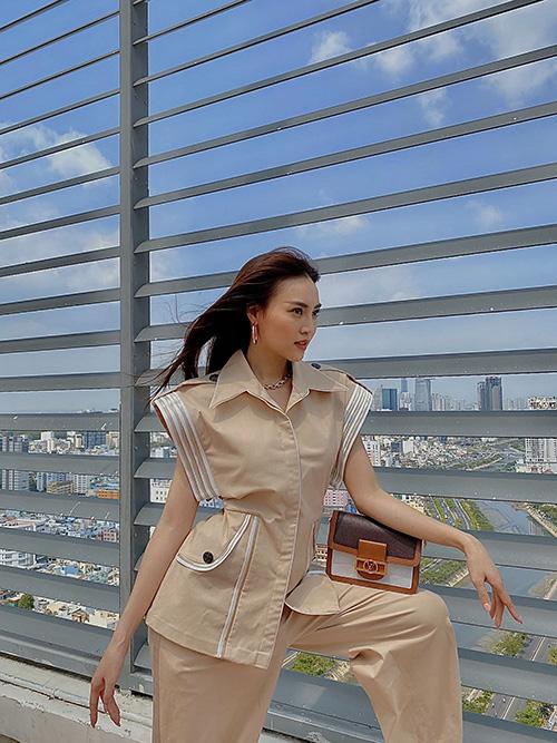 Lan Ngọc chụp ảnh trên sân thượng để tránh dịch - Ảnh 2.