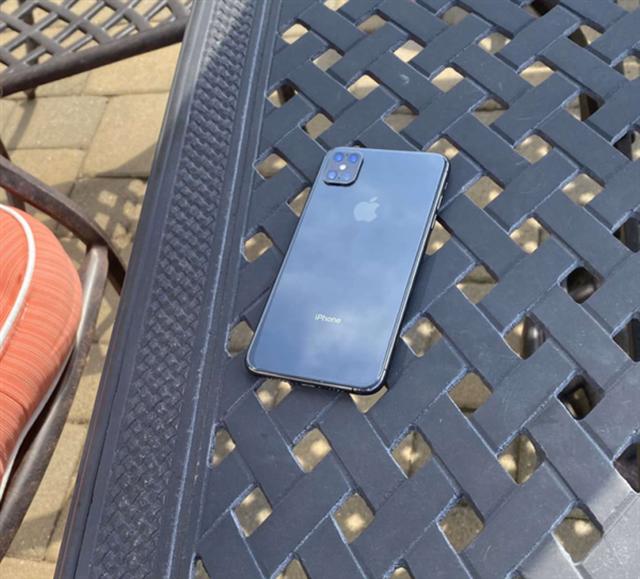 Lộ ảnh thật iPhone thế hệ mới với cụm 4 camera, không còn tai thỏ - Ảnh 2.