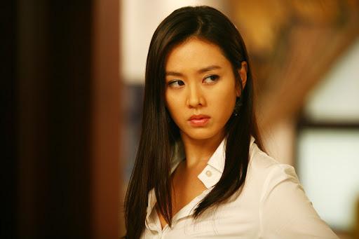 Quen với hình tượng trong veo thánh thiện của Son Ye Jin, ít ai biết cô từng thử style bà trùm hắc ám mà vẫn nuột cực kỳ - Ảnh 6.