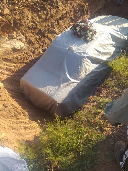 Chính trị gia được chôn cất trong xe Mercedes - Ảnh 1.