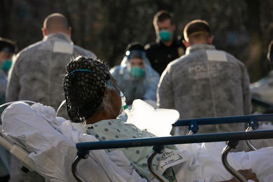Ngày thứ 3 liên tiếp Mỹ chứng kiến thêm 2.000 người chết, COVID-19 không thể kết thúc vào mùa hè - Ảnh 4.