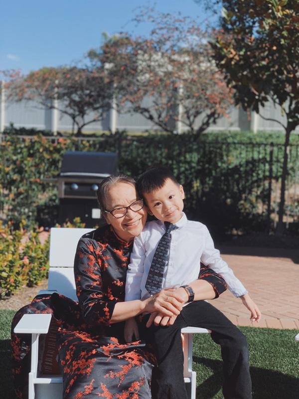 Mẹ chồng Diệu Hương Hoa hồng trên ngực trái hiếm hoi lộ diện bên con cháu trong Ngày của mẹ trên đất Mỹ - Ảnh 2.