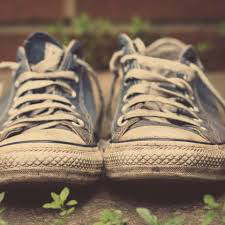 Nghe xong lý do này bạn sẽ về nhà và vứt ngay những đôi giày cũ ra sọt rác - Ảnh 2.