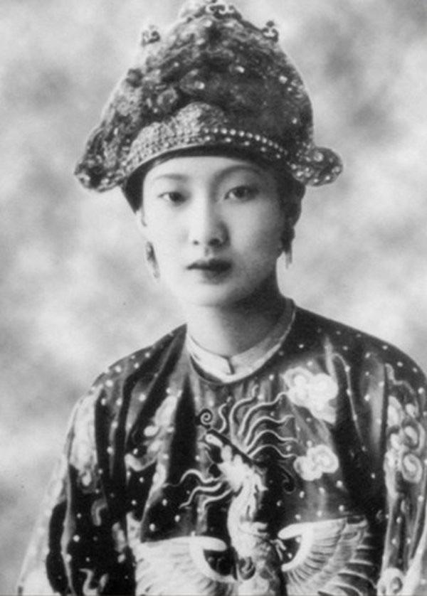 Hòa Minzy bị chê khi hoá thân Nam Phương Hoàng hậu - Ảnh 8.